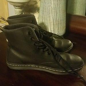 Dr. Marten's leather Shoreditch lace up boots